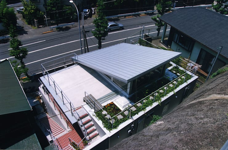 崖上からの外観 オリジナルな 家 の 小川真樹建築綜合計画 オリジナル