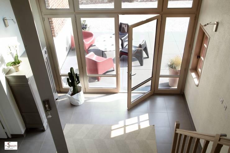 l'entrée transformée: Couloir et hall d'entrée de style  par Emilie Bigorne, architecte d'intérieur CFAI