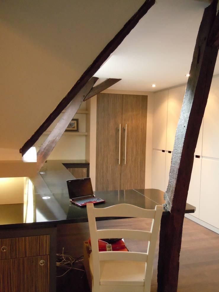 espace de travail... et dressing!: Bureau de style  par Emilie Bigorne, architecte d'intérieur CFAI, Moderne