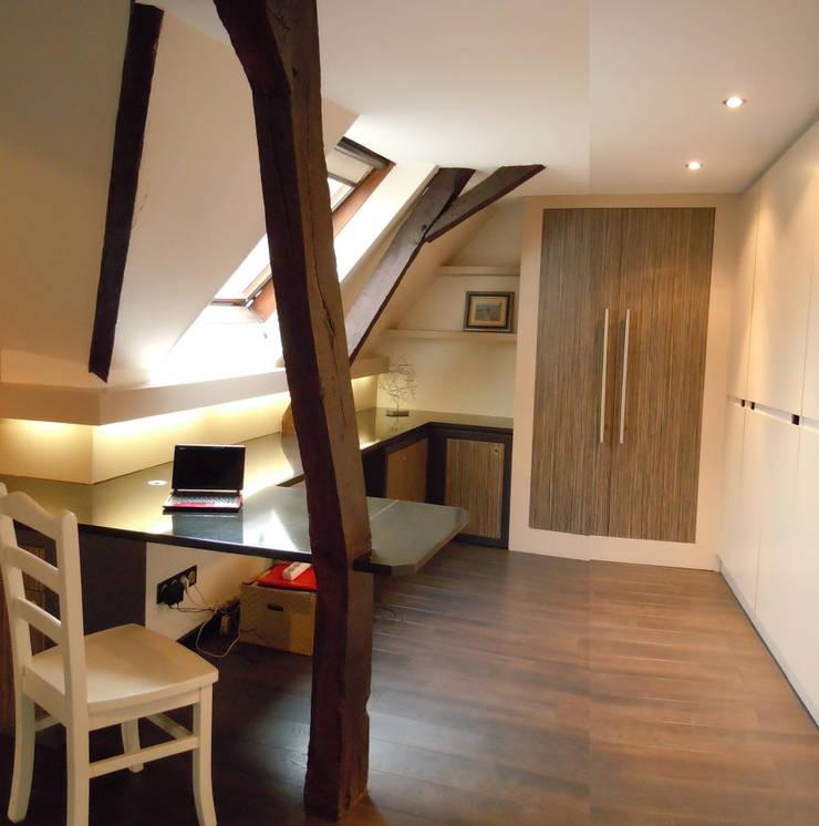 l'espace dressing en lien avec le bureau: Dressing de style  par Emilie Bigorne, architecte d'intérieur CFAI, Moderne
