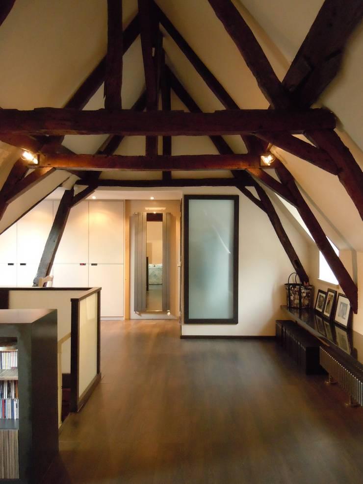 Aménagements de combles: Salle multimédia de style  par Emilie Bigorne, architecte d'intérieur CFAI, Moderne