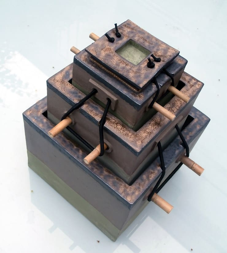 doos in drie lagen, met stokjes, grijze klei, groene engobe enkoper/mangaan engobe  afm: 18X18X30 cm:  Kunst  door CAROLINE PEETERS - bewaarplaatsen + keramiek