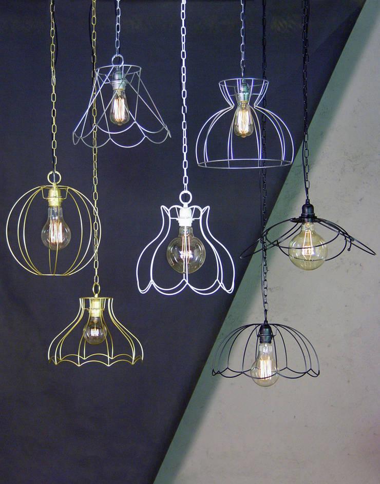 Colagntes muy decorativos con bombillas Edison:  de estilo  de Vidrios Granada SL, Minimalista