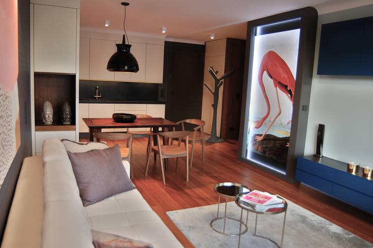 Flamingo: styl , w kategorii Salon zaprojektowany przez SAFRANOW