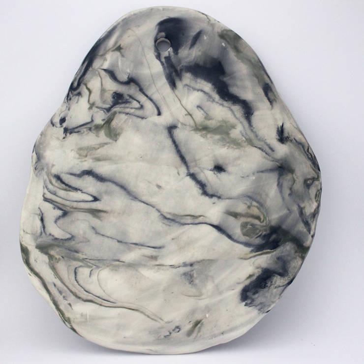 Handmade ceramic cheese / cake board: Casa  por Lagrima - Handmade ceramics