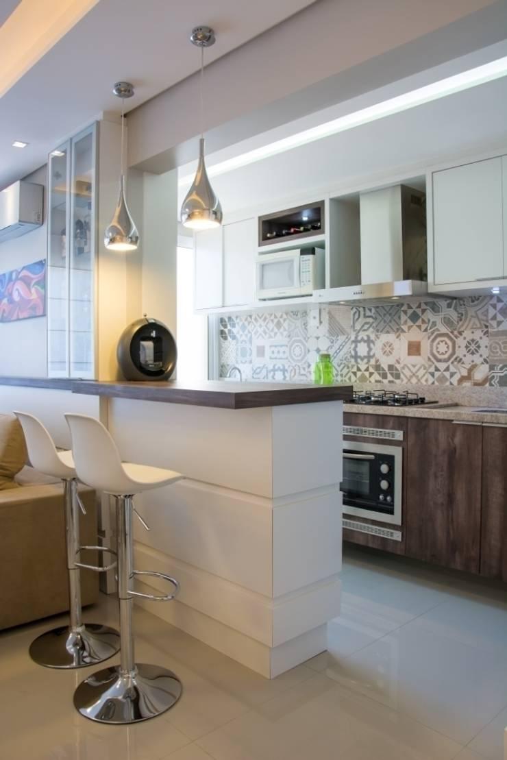 Apartamento Bento: Cozinhas  por Camila Chalon Arquitetura,