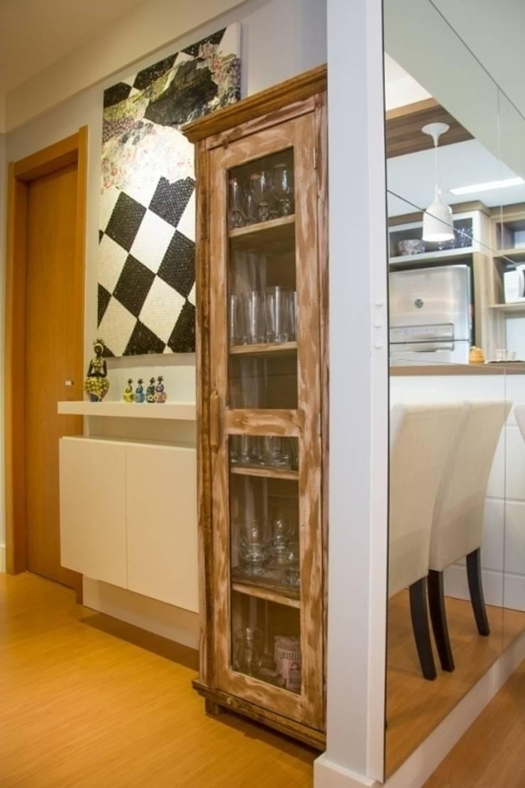 Apartamento Grécia: Corredores e halls de entrada  por Camila Chalon Arquitetura