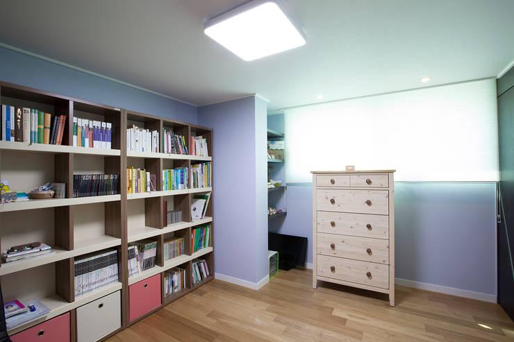 Estudios y despachos de estilo moderno por MID 먹줄