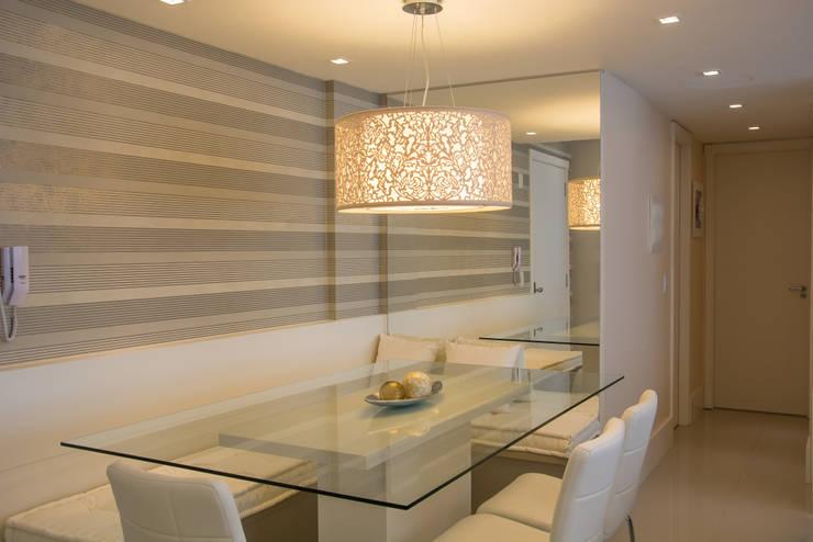 Apartamento Bento: Salas de jantar  por Camila Chalon Arquitetura,