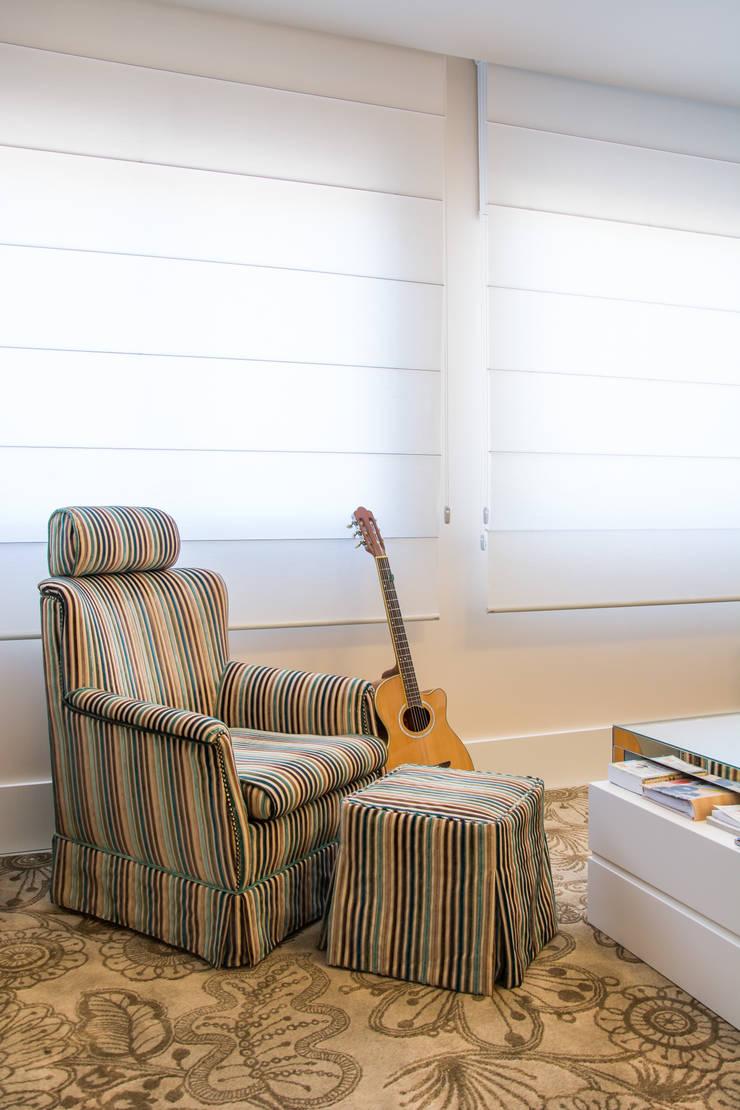 Apartamento Bento: Sala de estar  por Camila Chalon Arquitetura,