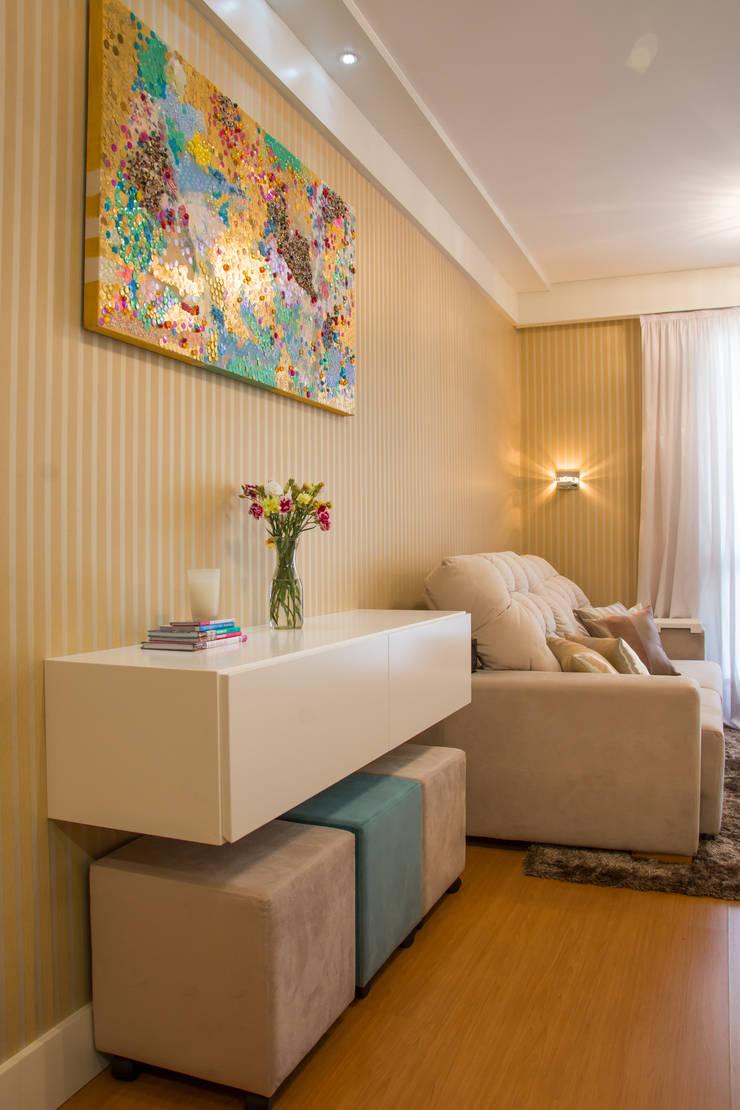 Apartamento Grécia: Salas de estar  por Camila Chalon Arquitetura