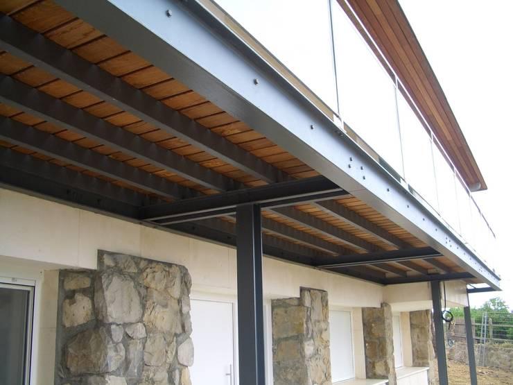Reforma de vivienda unifamiliar en Sopelana: Terrazas de estilo  de BR&Co arquitectos, Moderno