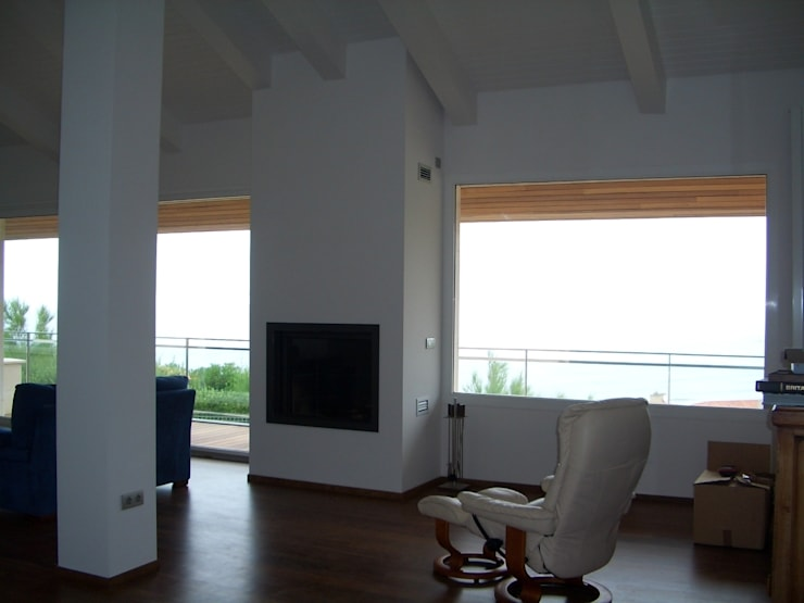Reforma de vivienda unifamiliar en Sopelana: Salones de estilo  de BR&Co arquitectos, Moderno