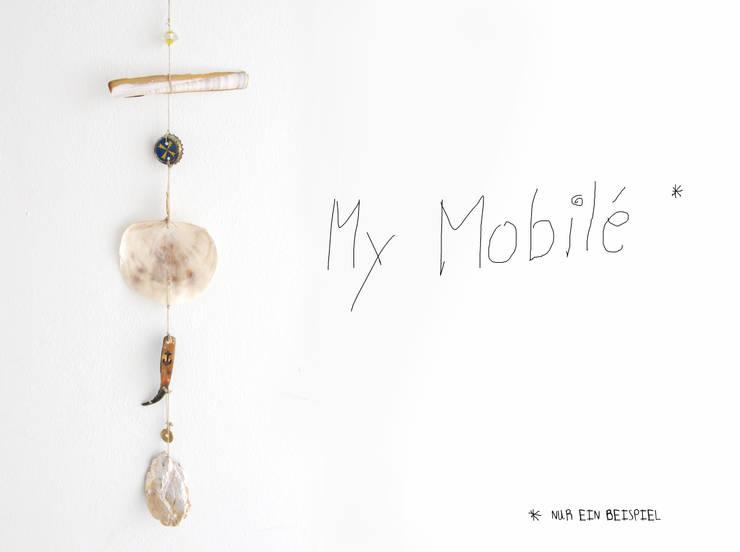 Mobilé aus Muscheln, Kronkorken, Glasperlen und anderen Strandfunden:  Fenster & Tür von JEVO