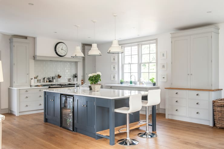 Timeless Greys: classic Kitchen by Rencraft