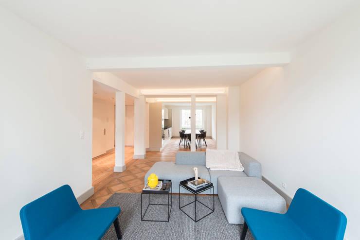 Altbau nach Mass:  Wohnzimmer von Juho Nyberg Architektur GmbH