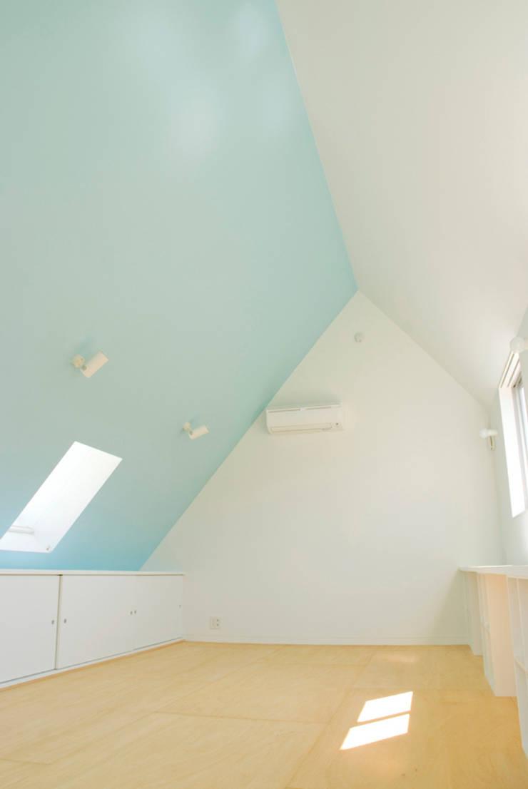 密集した住宅地のなかの別世界 早稲田の家 House in waseda: 平野崇建築設計事務所 TAKASHI HIRANO ARCHITECTSが手掛けた子供部屋です。,モダン
