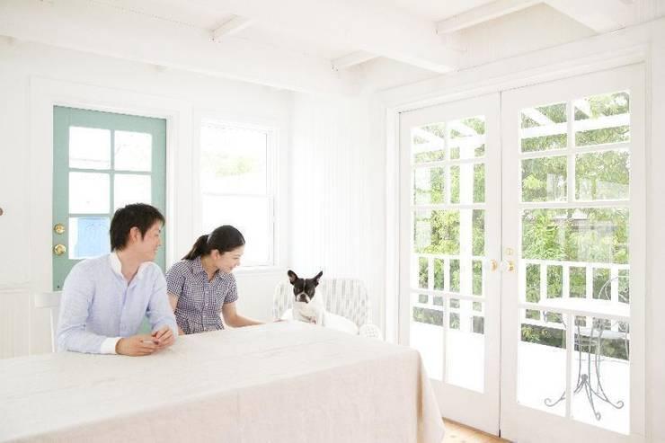 ワンちゃんとシンプルに暮らす家: アーキテクトリフォームが手掛けたリビングです。