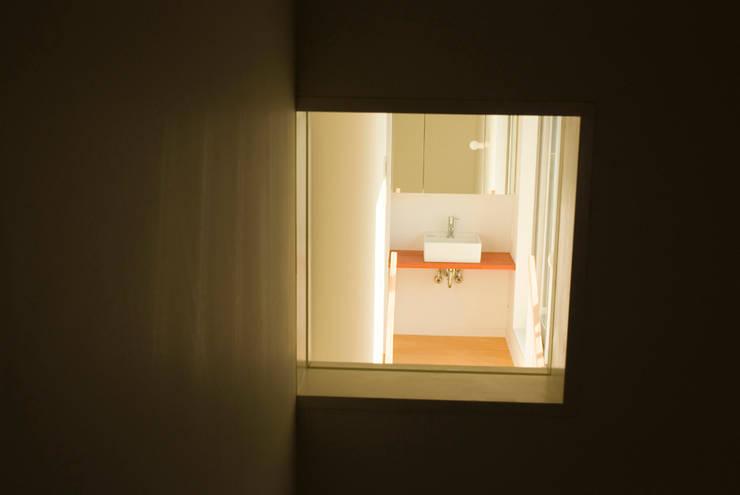 密集した住宅地のなかの別世界 早稲田の家 House in waseda: 平野崇建築設計事務所 TAKASHI HIRANO ARCHITECTSが手掛けた和室です。,モダン