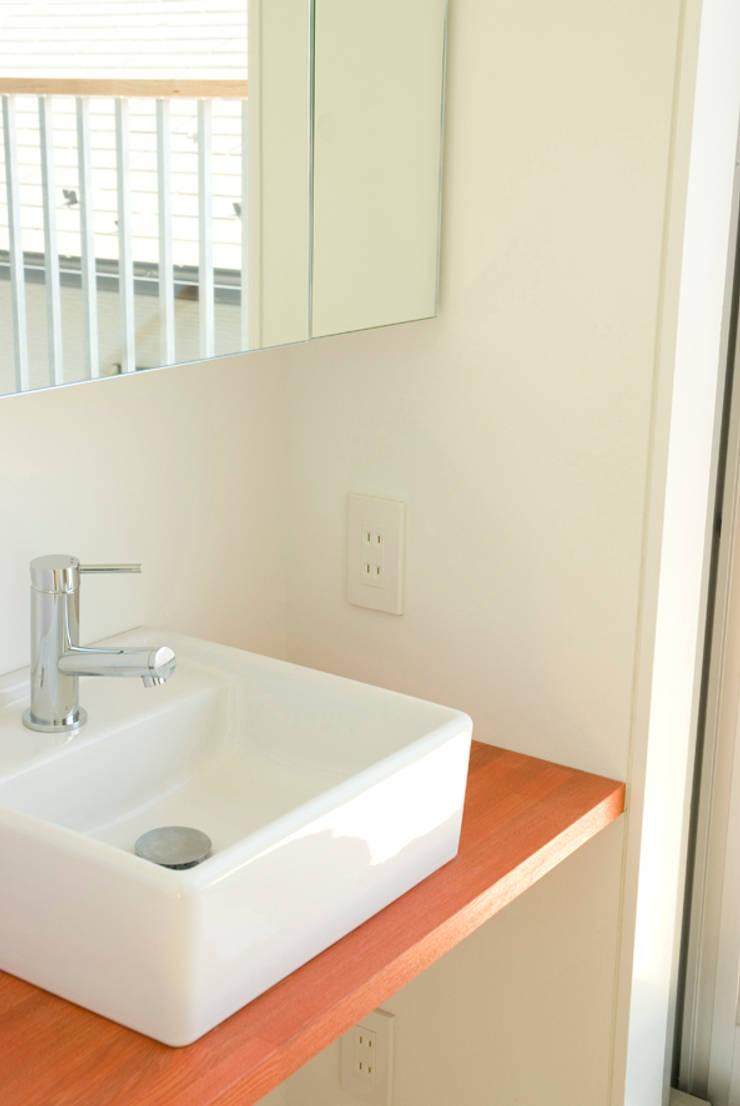 早稲田の家 House in waseda: 平野崇建築設計事務所 TAKASHI HIRANO ARCHITECTSが手掛けた浴室です。