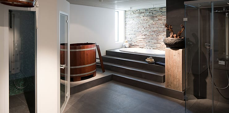 Wellness douche- en stoomcabine:  Badkamer door Intermat