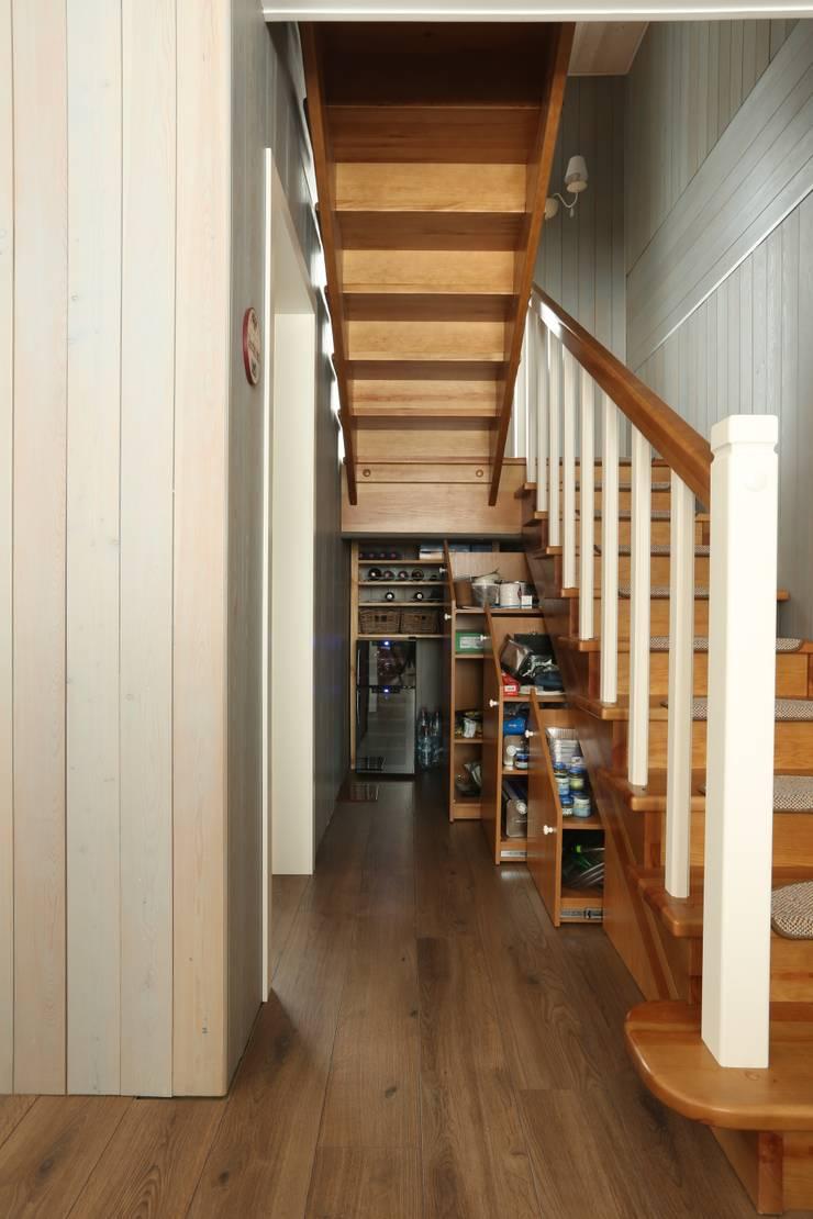 Хранение под лестницей: Коридор и прихожая в . Автор – ORT-interiors