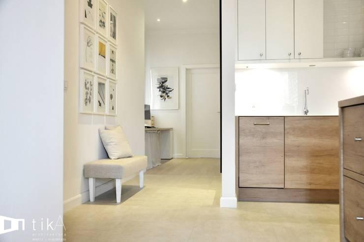 Wnętrze mieszkania w kamienicy, Bielsko-Biała.: styl , w kategorii Korytarz, przedpokój zaprojektowany przez TIKA