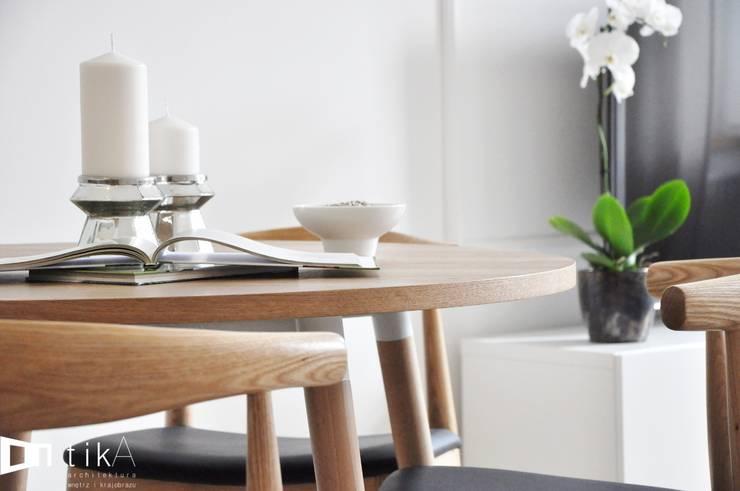 Wnętrze mieszkania w kamienicy, Bielsko-Biała.: styl , w kategorii Jadalnia zaprojektowany przez TIKA DESIGN,Skandynawski