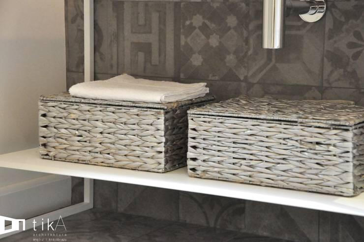 Wnętrze mieszkania w kamienicy, Bielsko-Biała.: styl , w kategorii Łazienka zaprojektowany przez TIKA