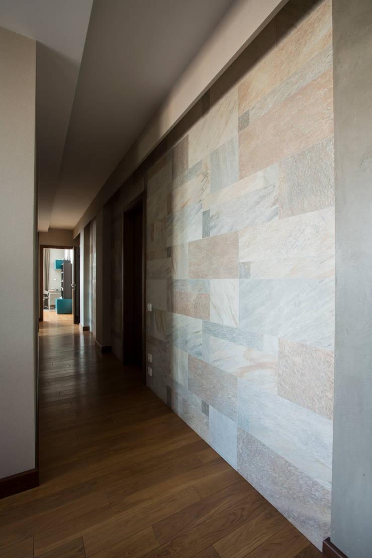 Декоративная стена в коридоре: Коридор и прихожая в . Автор – ORT-interiors, Минимализм