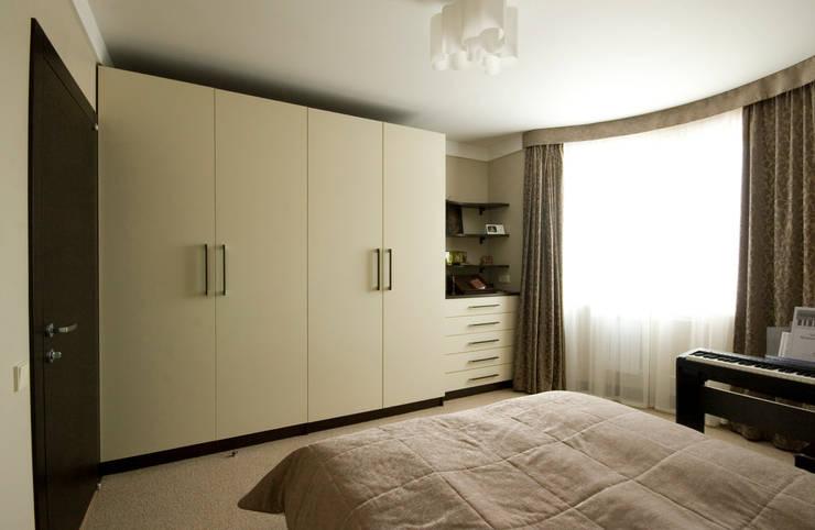 Шкафы в спальне: Спальни в . Автор – ORT-interiors