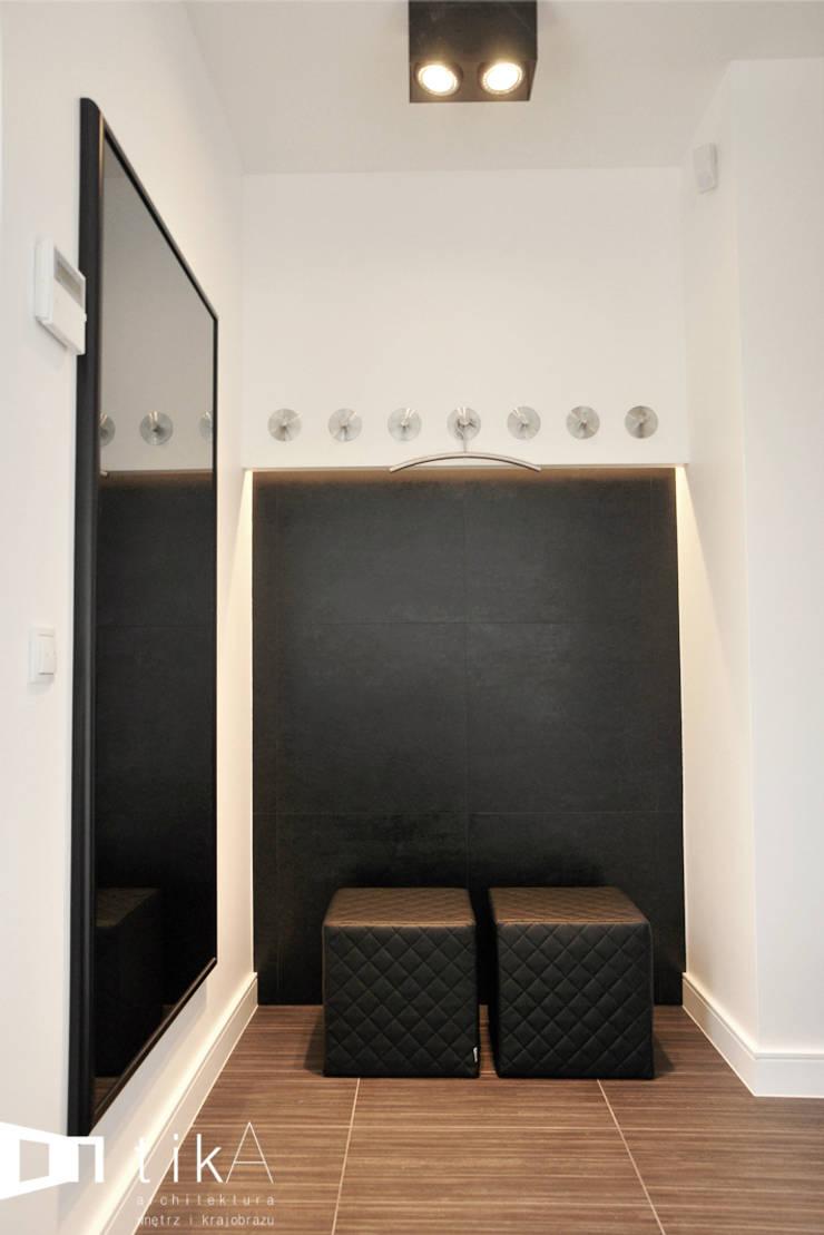 Wnętrze domu jendorodzinnego, Myślenice: styl , w kategorii Korytarz, przedpokój zaprojektowany przez TIKA