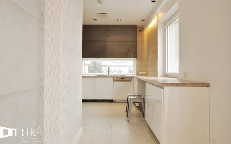 Wnętrze domu jendorodzinnego, Myślenice: styl , w kategorii Kuchnia zaprojektowany przez TIKA