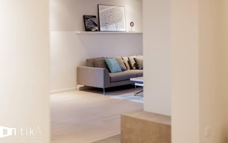 Salon: styl , w kategorii Salon zaprojektowany przez TIKA DESIGN