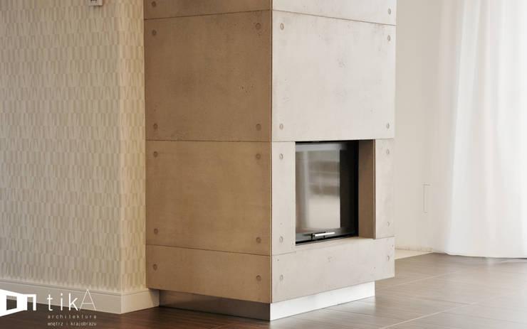Wnętrze domu jendorodzinnego, Myślenice: styl , w kategorii Salon zaprojektowany przez TIKA