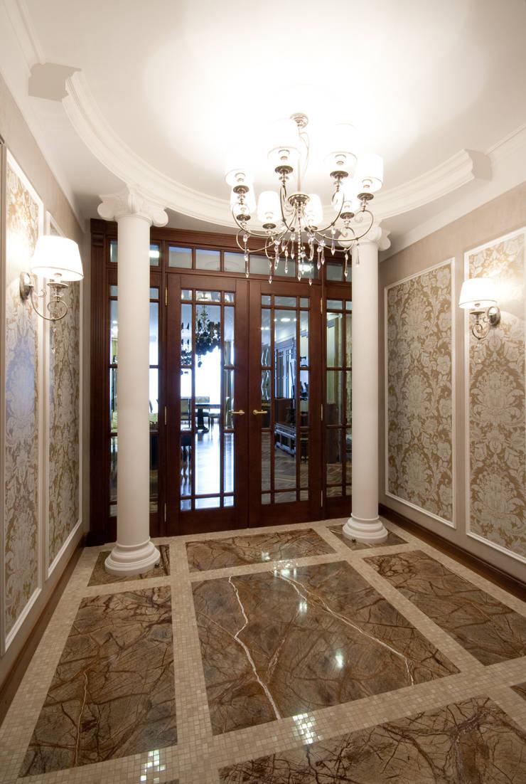 Холл с колоннами: Коридор и прихожая в . Автор – ORT-interiors