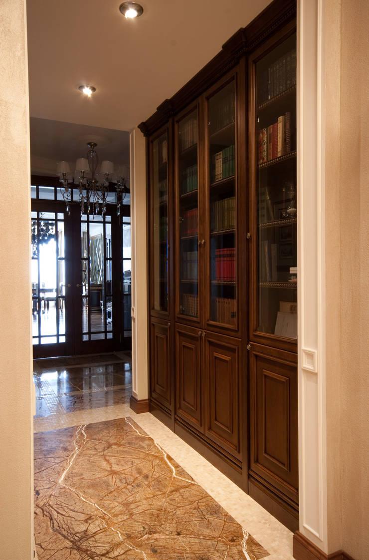 Библиотека в коридоре: Коридор и прихожая в . Автор – ORT-interiors