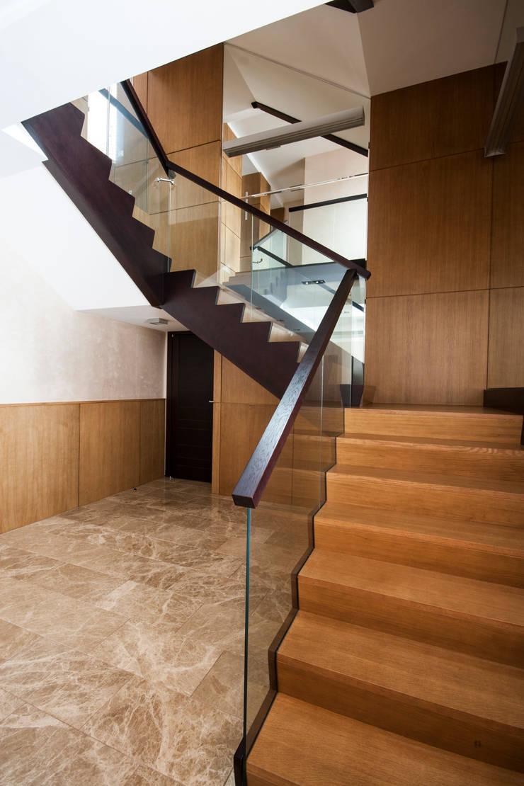 Лестница: Коридор и прихожая в . Автор – ORT-interiors, Минимализм