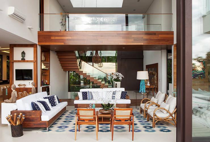 Living - Pé Direito Duplo : Salas de estar modernas por Infinity Spaces