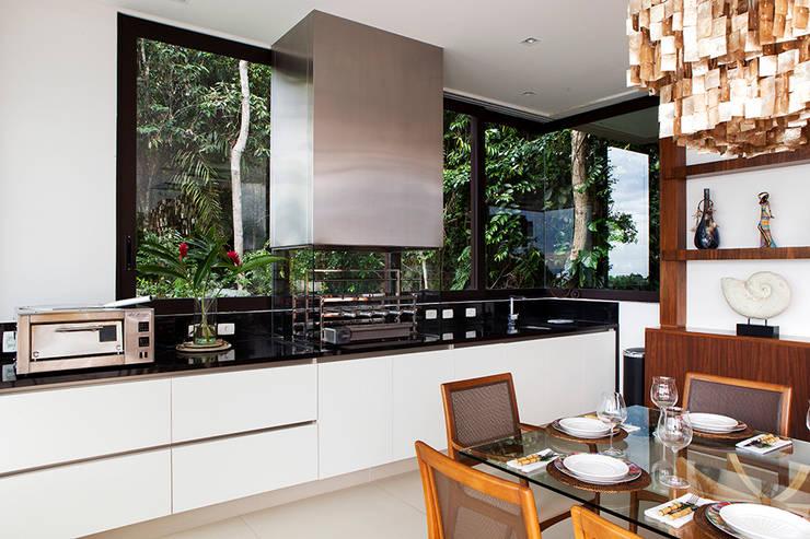 Cocinas de estilo moderno por Infinity Spaces