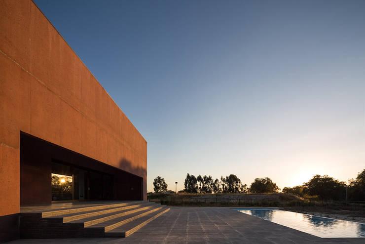 Casa com Três Pátios: Piscinas  por Miguel Marcelino, Arq. Lda.