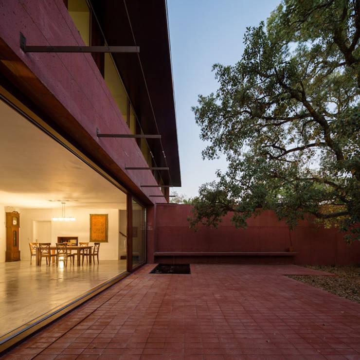 Casa com Três Pátios: Casas  por Miguel Marcelino, Arq. Lda.