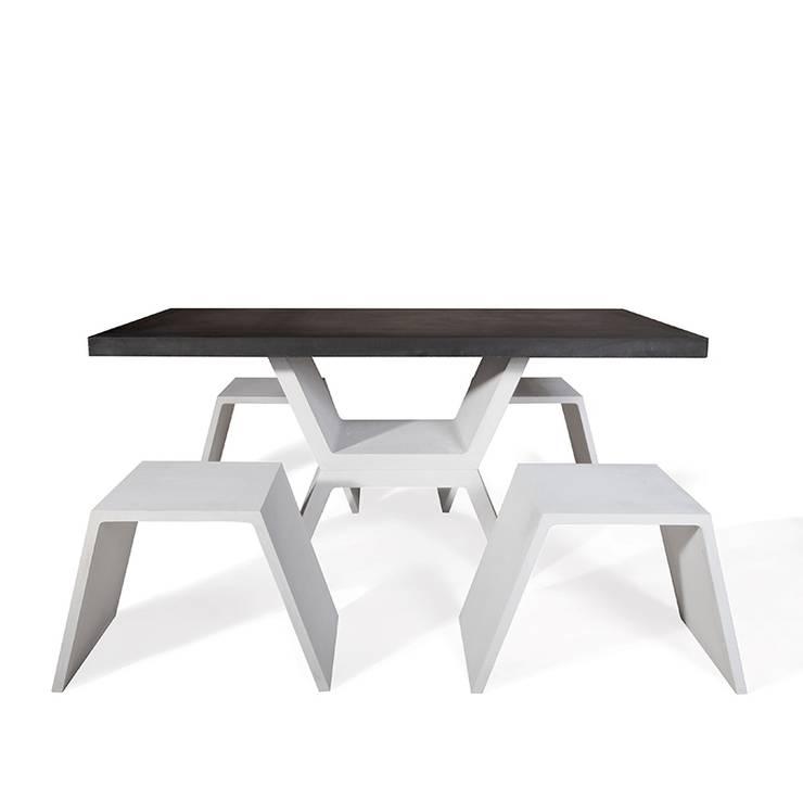 Mobilier design en béton composé d\'une table et de ses bancs, sobre ...