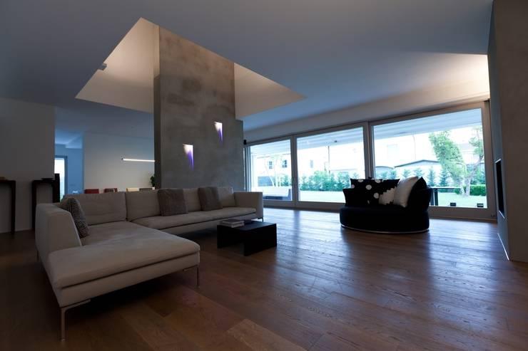 Villa urbana: Soggiorno in stile in stile Moderno di Paolo Carli Moretti Architetto