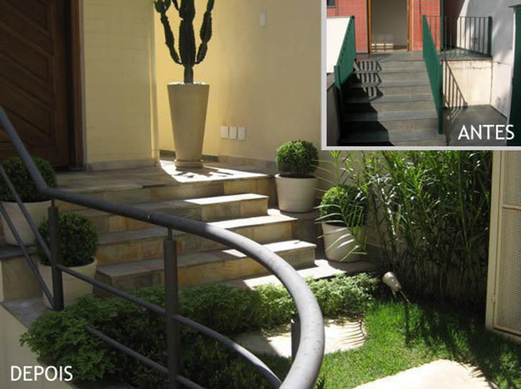 Escada de acesso principal - entrada da casa:   por Projetual Arquitetura