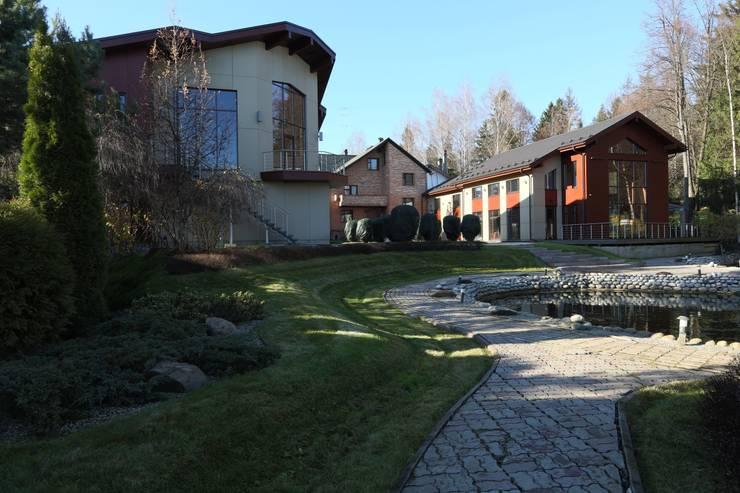 Гостевой дом и здание бассейн: Дома в . Автор – ORT-interiors