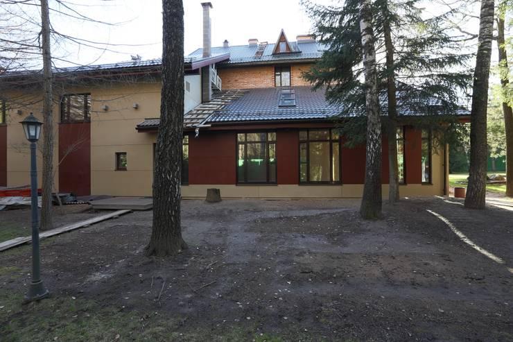 Задний фасад здания бассенйа: Дома в . Автор – ORT-interiors