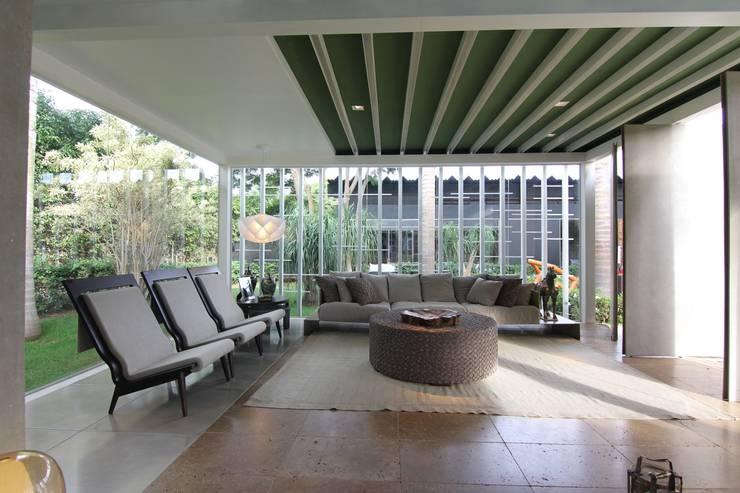 ESTAR E JARDINS EXTERNOS DE DIA: Salas de estar modernas por DUPLA ARQUITETURA ESTRATÉGICA