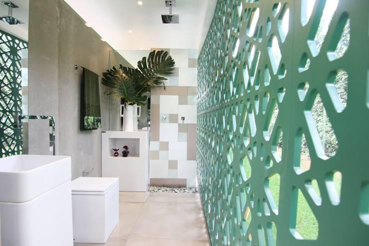 Banhiero de dia: Banheiros modernos por DUPLA ARQUITETURA ESTRATÉGICA