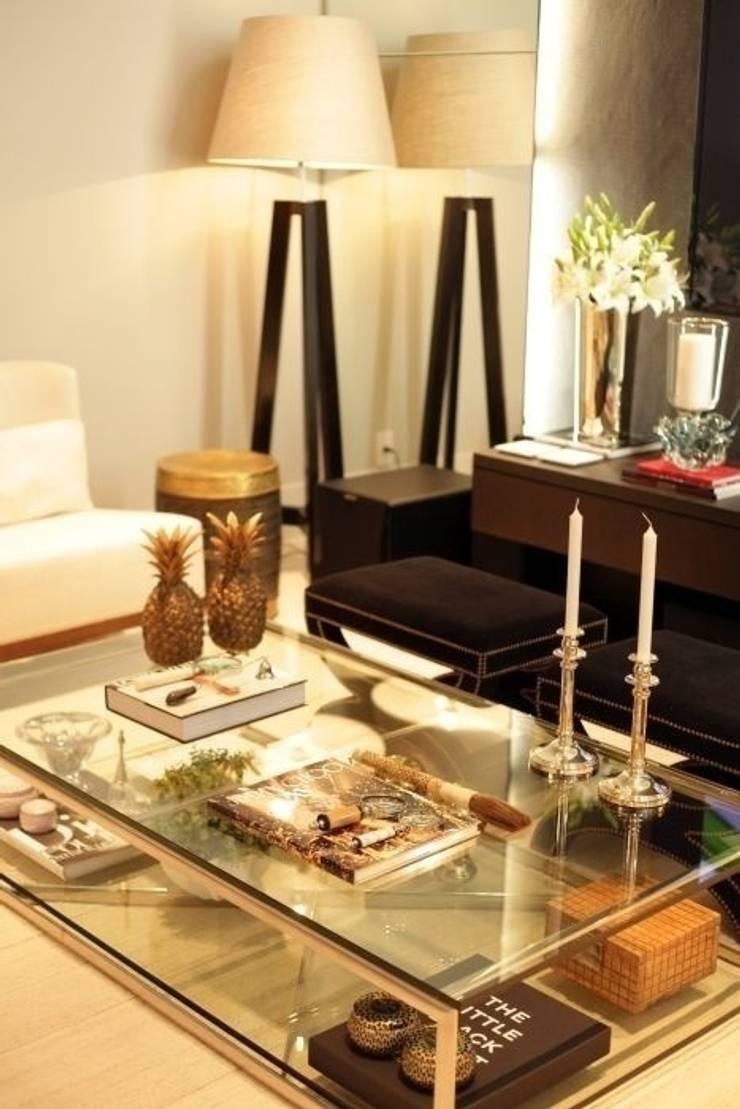 Living: Salas de estar clássicas por Carolina Fagundes - Arquitetura e Interiores